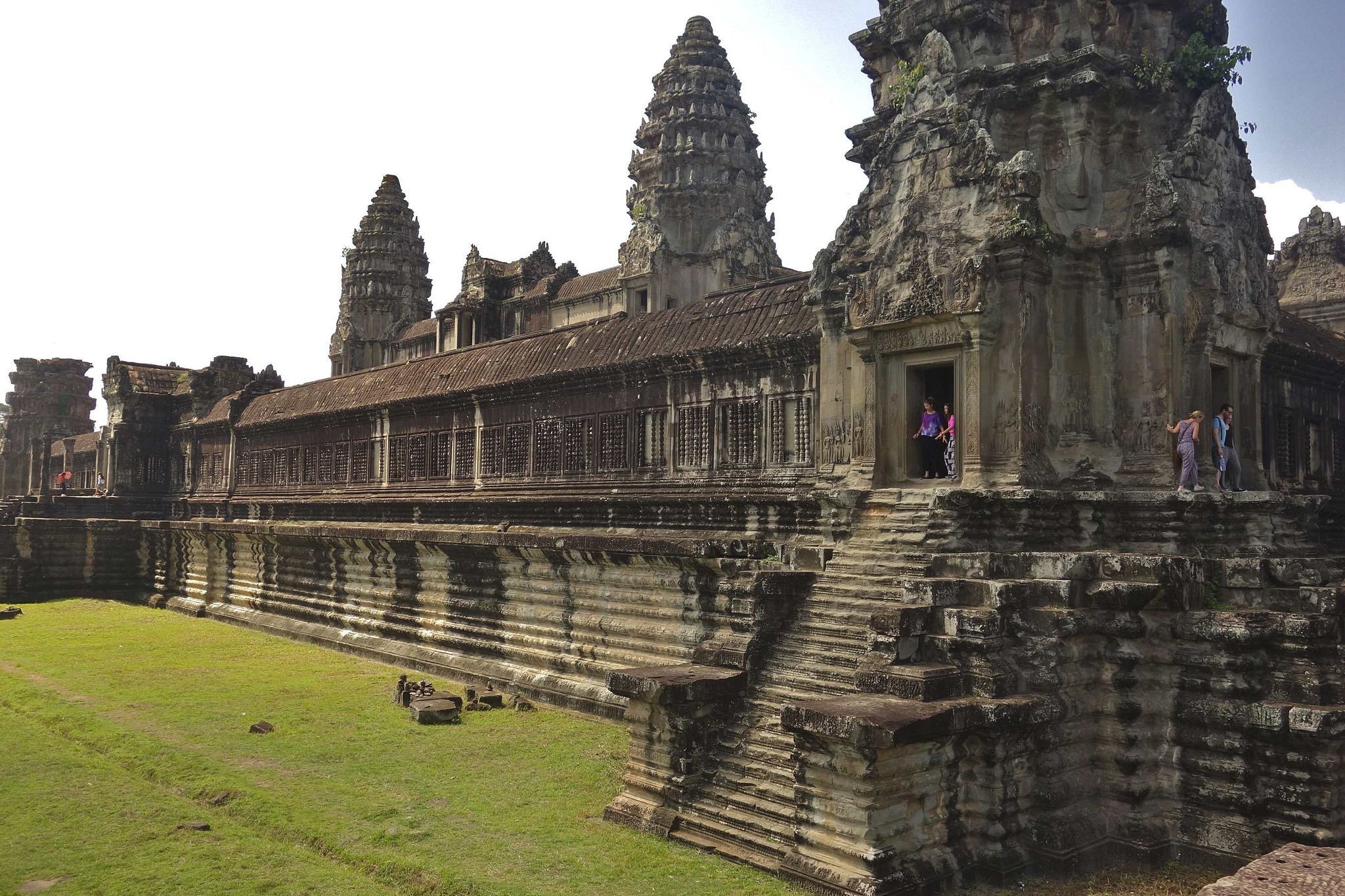 angkor wat architecture Now cambodian professionals—archaeologists, architects, restoration  the  main attraction, angkor wat, is surrounded by a broad moat filled with lily pads  and.