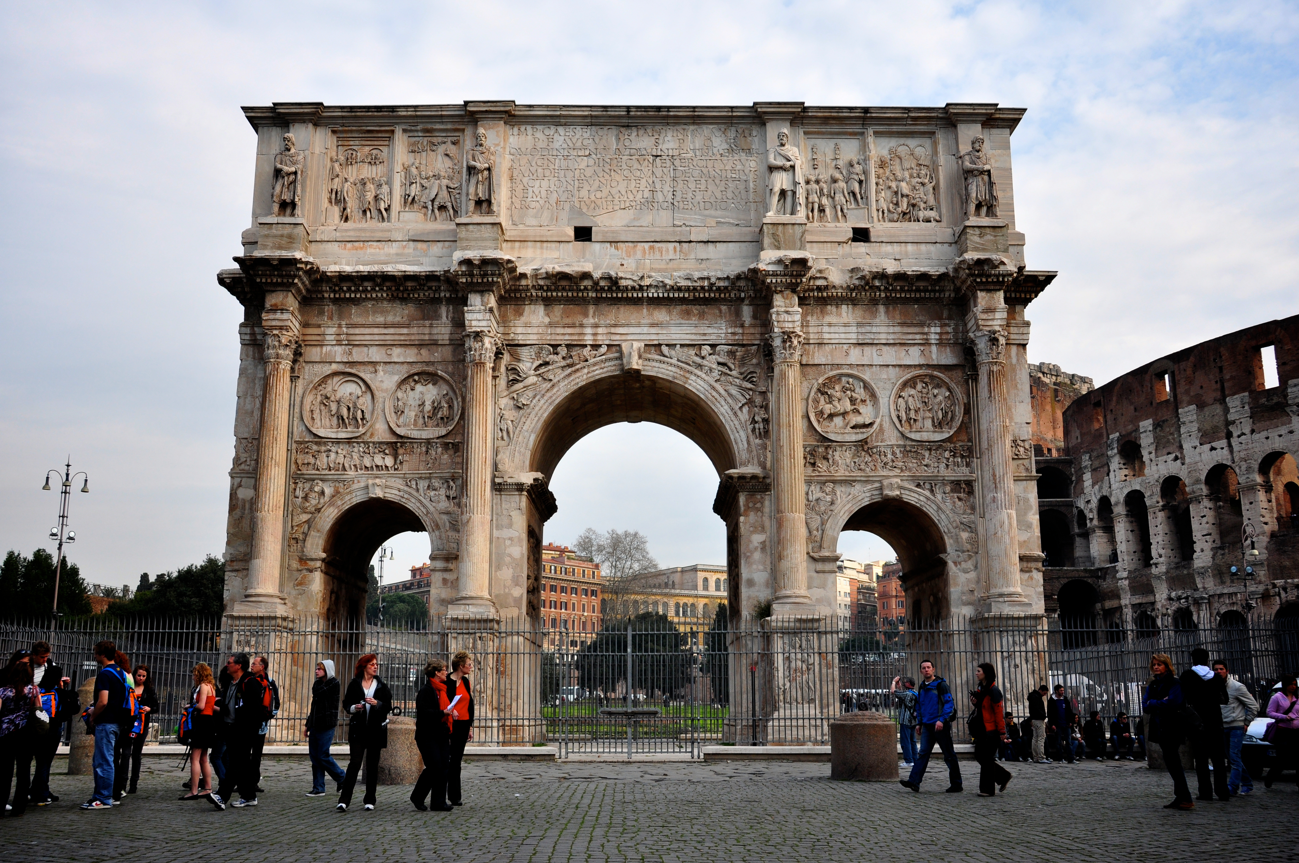the arch of constantine The arch of constantine is the largest roman triumphal arch still standing the arch of constantine is called a triumphal arch begun by the romans, these types of monuments were built to both honor people and commemorate important events.