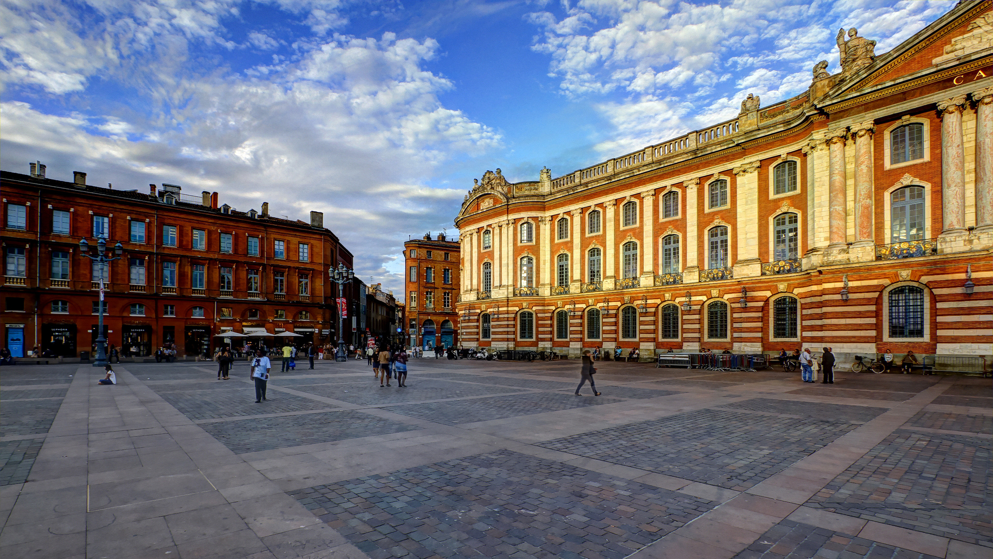 capitole de toulouse plaza in toulouse thousand wonders. Black Bedroom Furniture Sets. Home Design Ideas