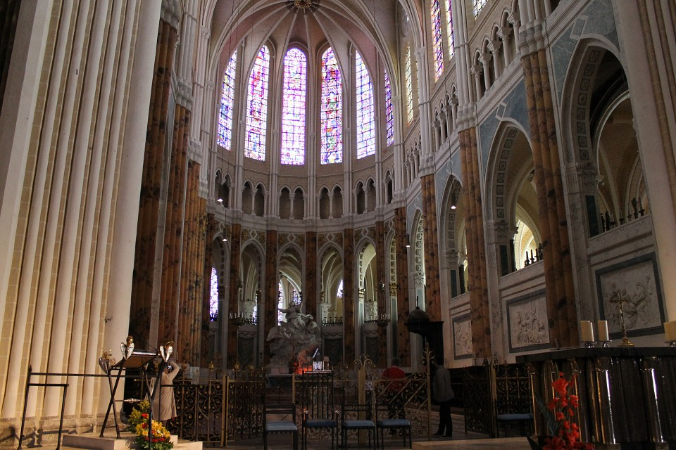 Altar (right) and choir. - Chartres Cathedral