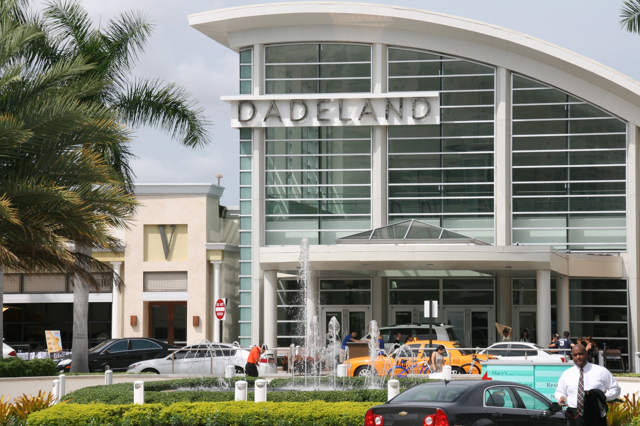 Dadeland mall shopping mall in miami thousand wonders for Fish store miami