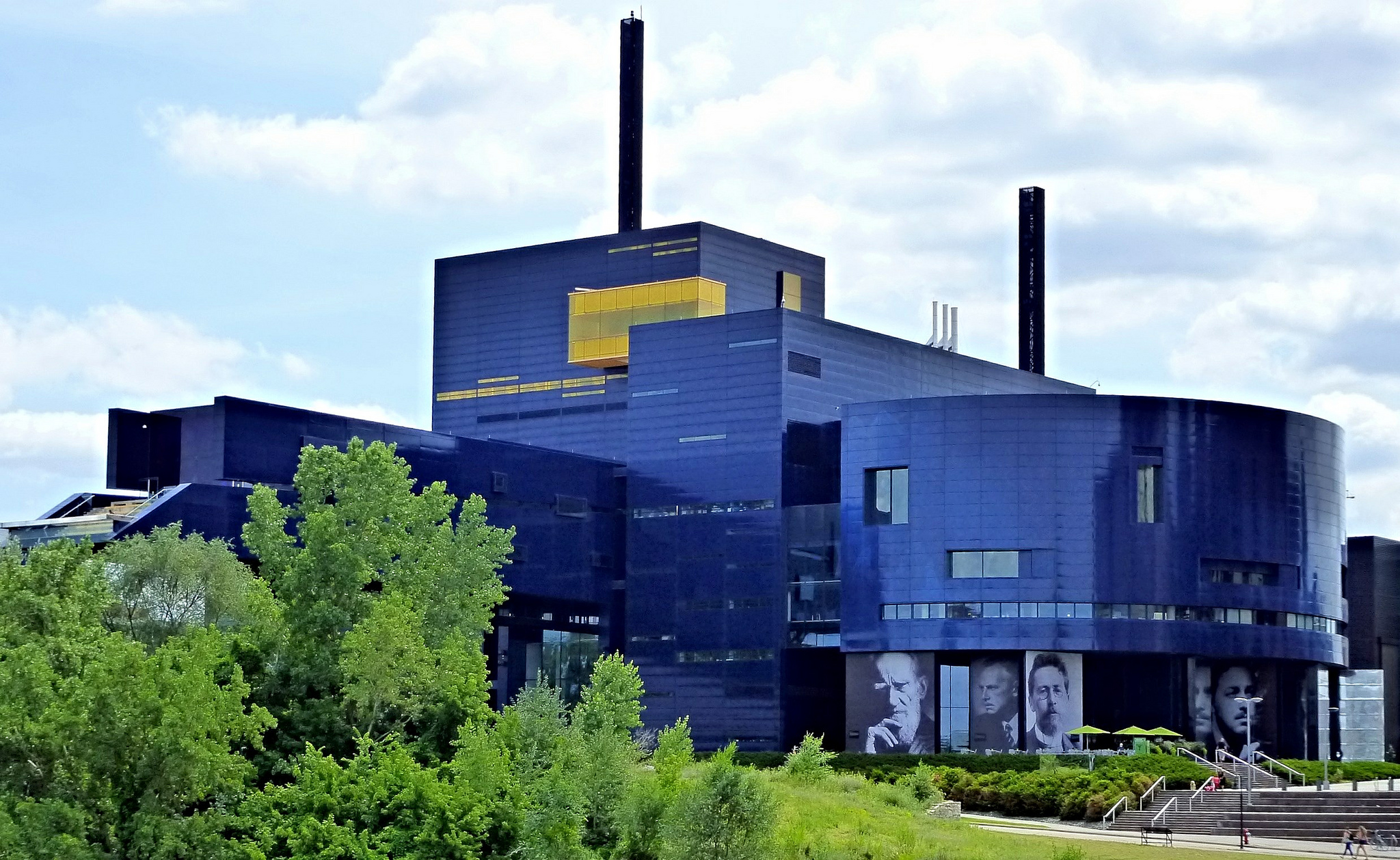 Guthrie theater public building in minneapolis for Building a house in minnesota