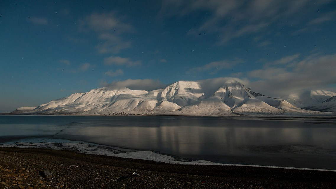Full Moon on Hiorth - Longyearbyen