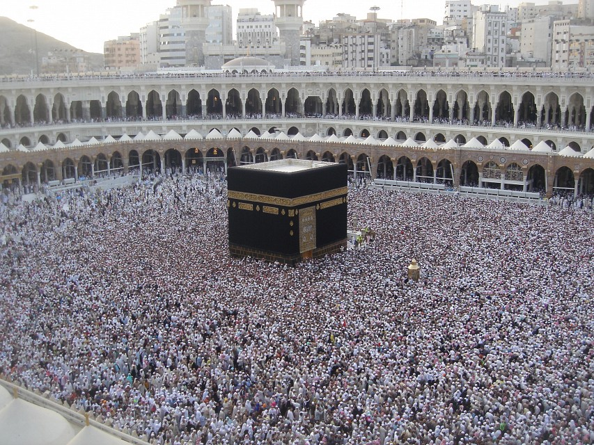 Kaaba with a large crowd - Mecca