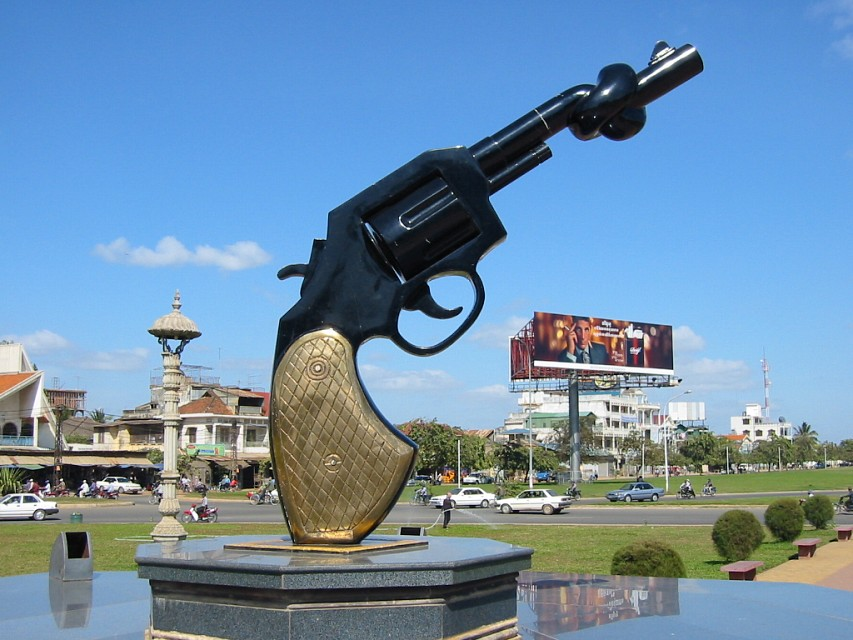 Knotted Revolver Statue, Old Olympic Circle, Phnom Penh - Phnom Penh