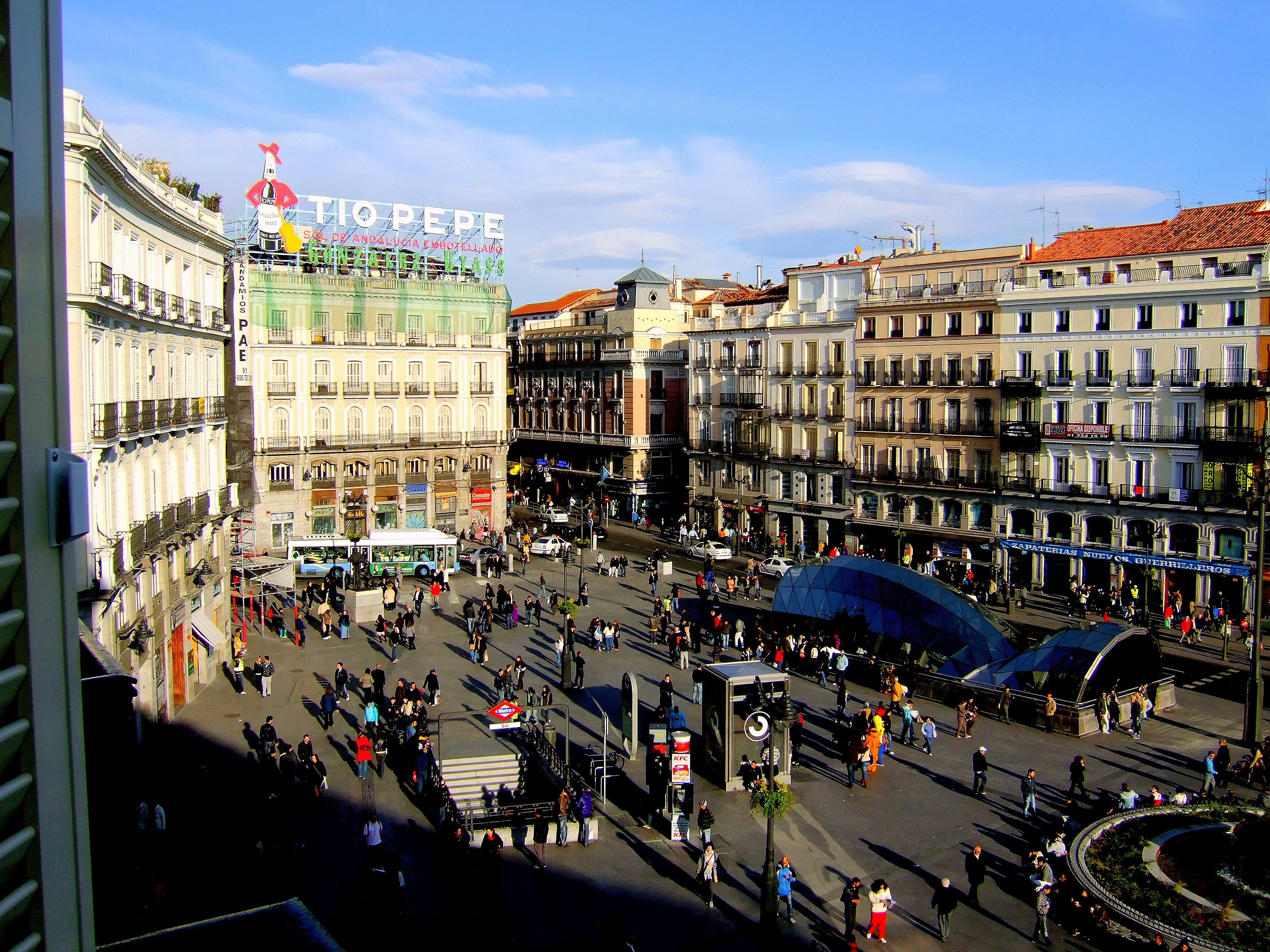 Puerta del sol plaza in madrid thousand wonders for Plaza del sol madrid