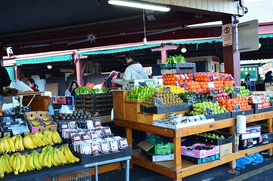 Preparing fruit and veg for sale, Queen