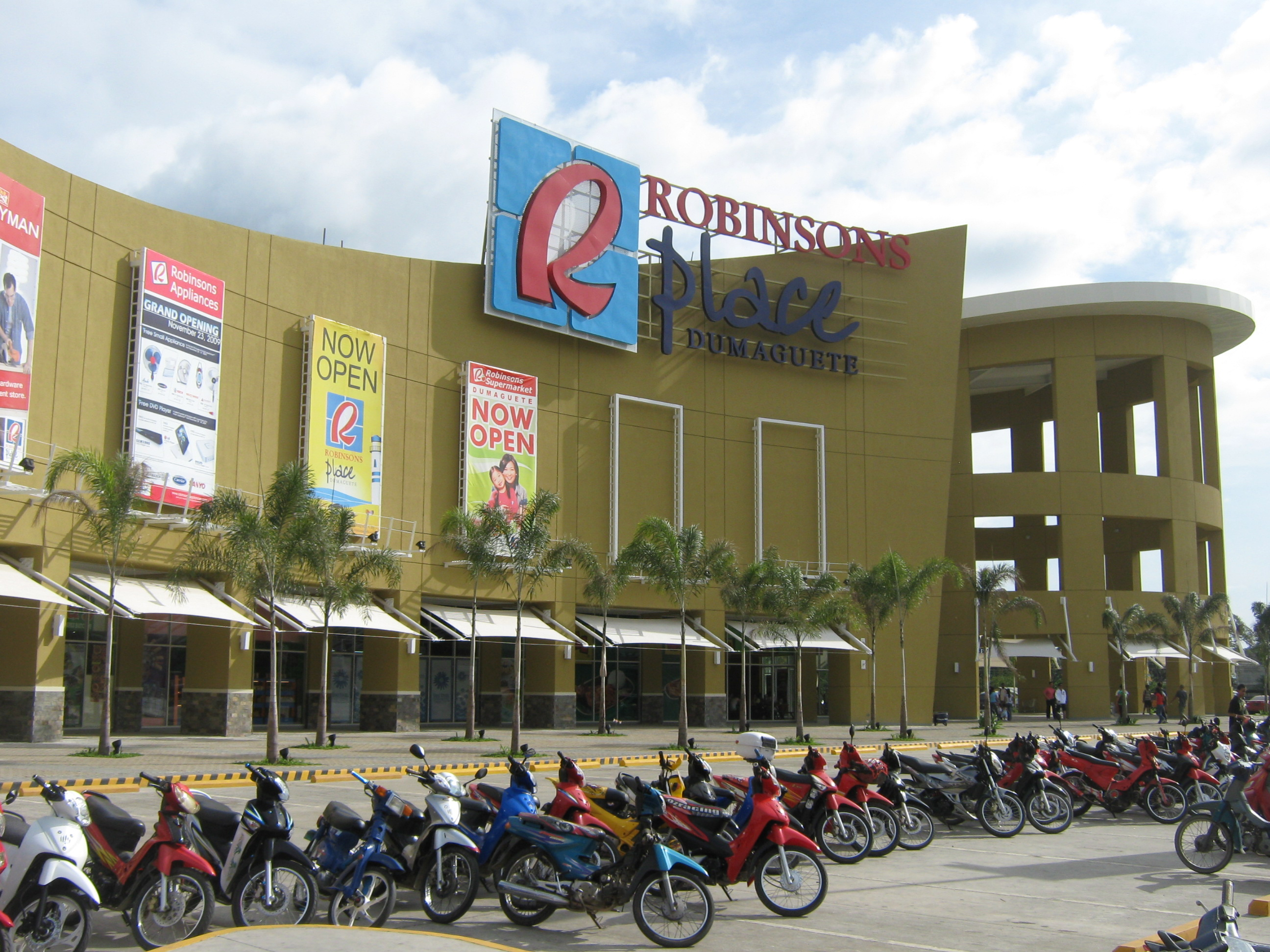 Robinsons Place Manila is a 7-level shopping complex that offers the widest range of merchandise and services from over a thousand local and international retail shops, dining outlets, entertainment facilities and service centers.