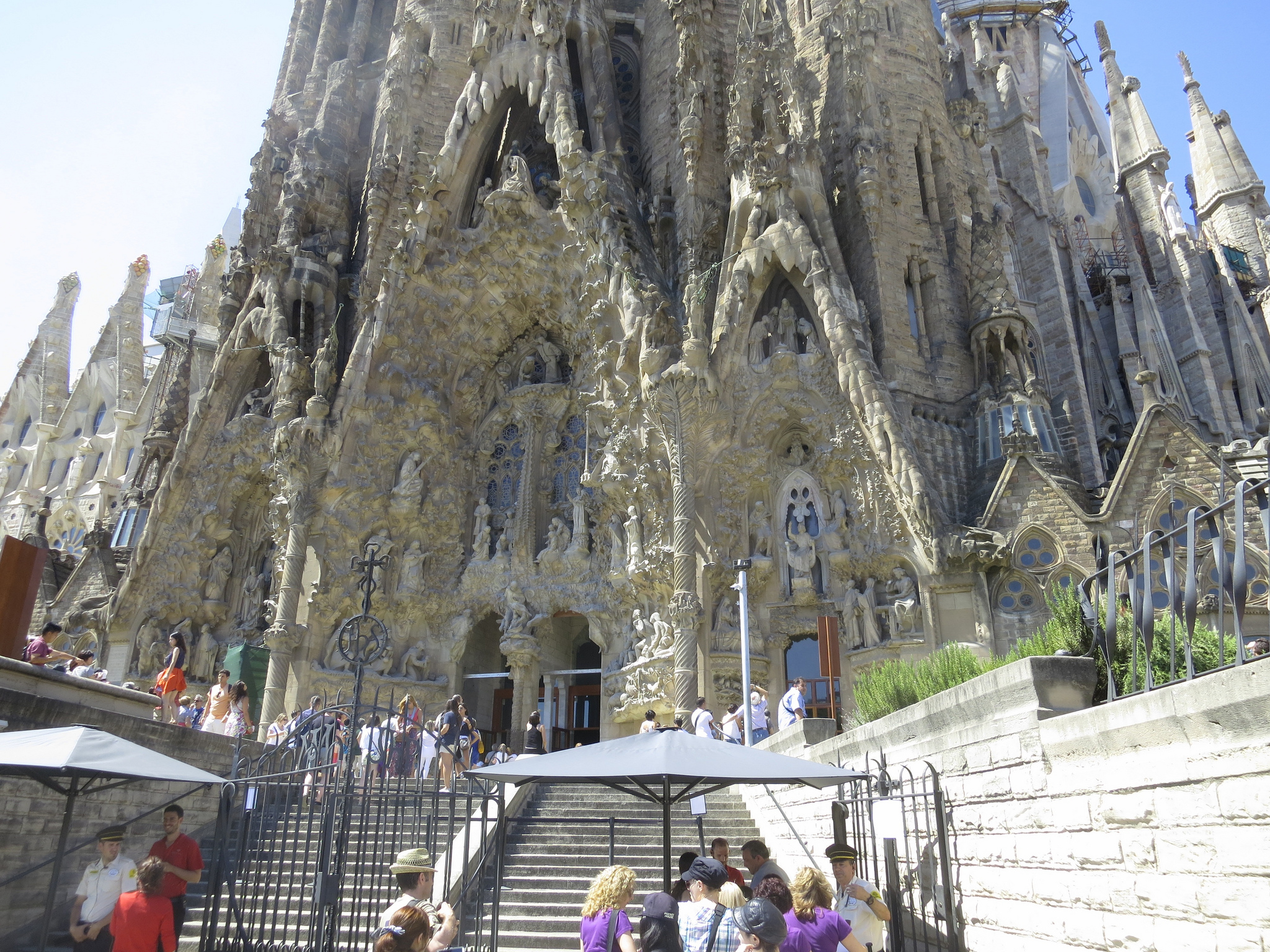 Sagrada fam lia church in barcelona thousand wonders for Barcelona famila