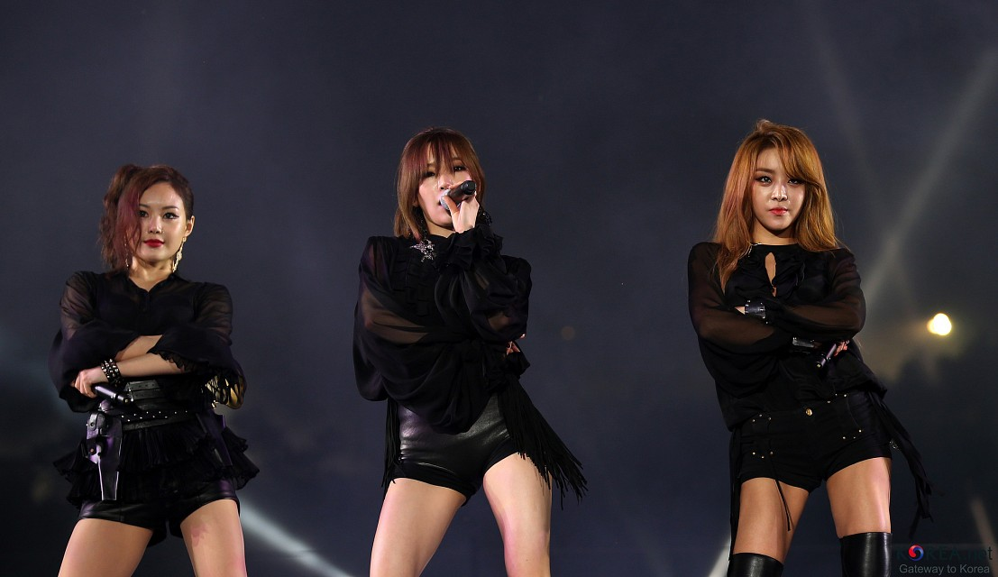 K-POP group Brown Eyed Girls performs to